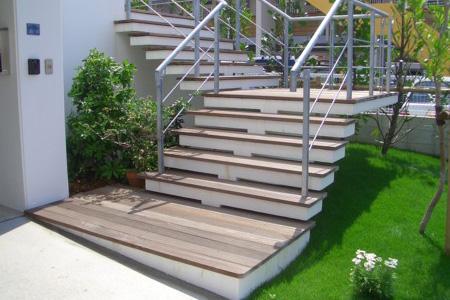 ウッドデッキ材を使用した階段施工写真