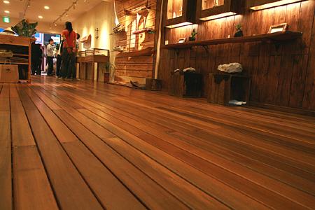 ウッドデッキ材を使用した店舗床施工写真