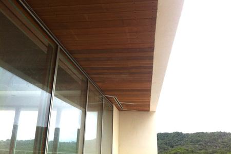 ウッドデッキ材を使用した天井施工写真