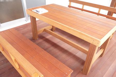 ウッドデッキ材を使用したベンチとテーブル施工写真
